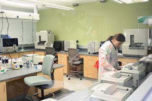 Woman working in the crime lab